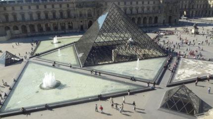 Рис.2. Бассейны с водой и фонтанами вокруг пирамиды в Лувре.